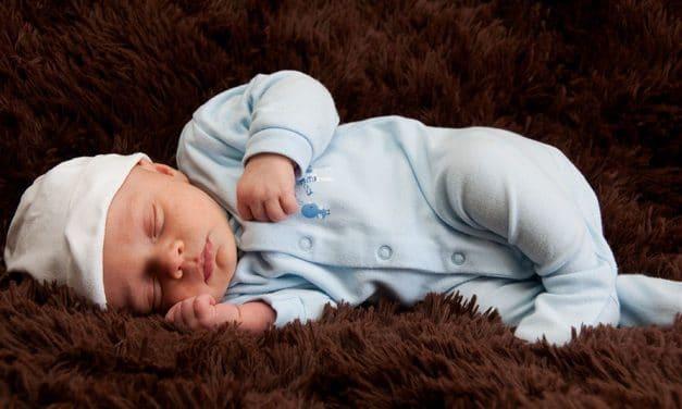 Comment bien choisir le premier pyjama de bébé?