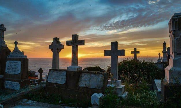 Quelle est l'origine de la plaque mortuaire moderne ?