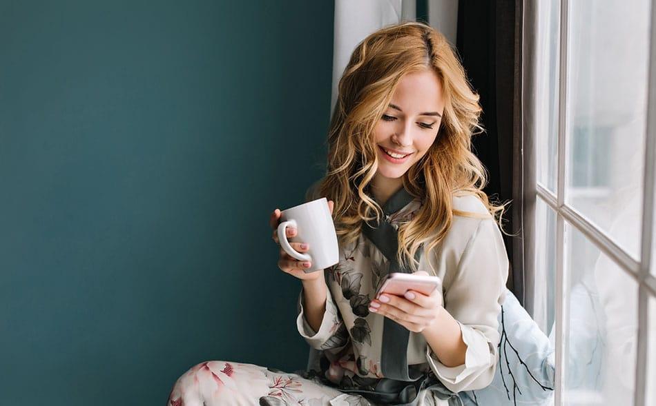 Femme jouant à des jeux de sociétés en ligne sur son smartphone